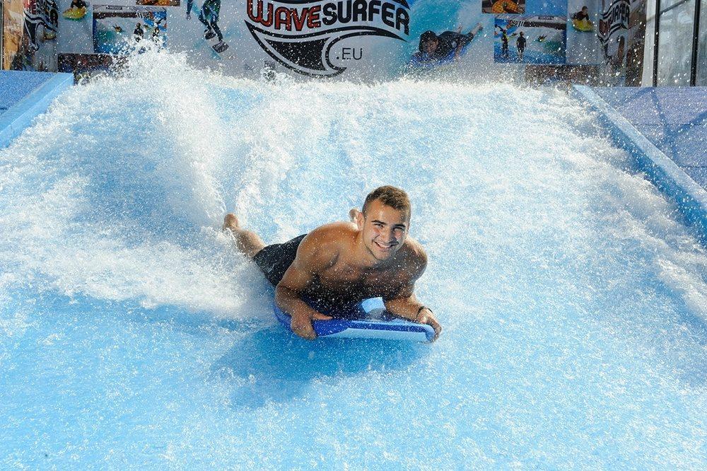 Surfový bazén v Tatralandii láká první surfaře